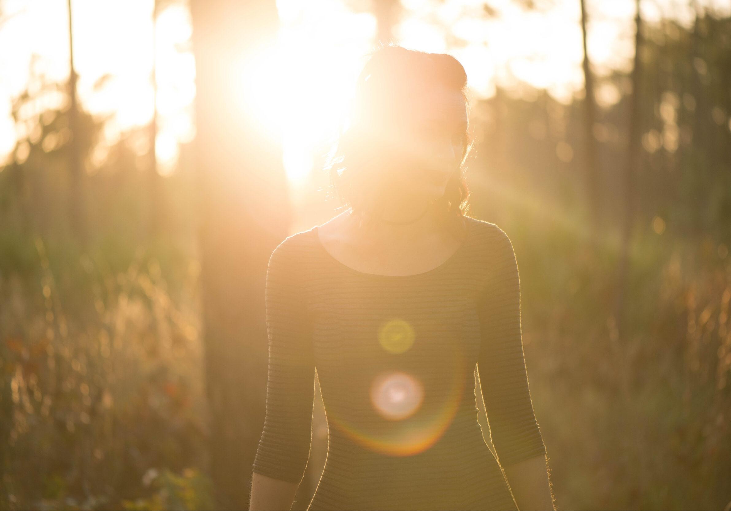 Meisje in het bos tijdens zonsopgang